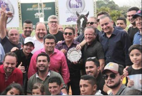 Ao centro os vencedores com o finalista