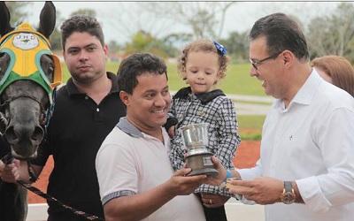 Jaime Silva Santana recendo prêmio do Deputado Cap. Augusto
