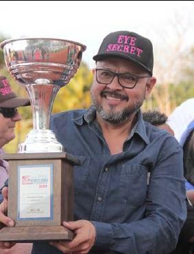 KIKO com o Troféu da vitória no Sorocaba Futurity